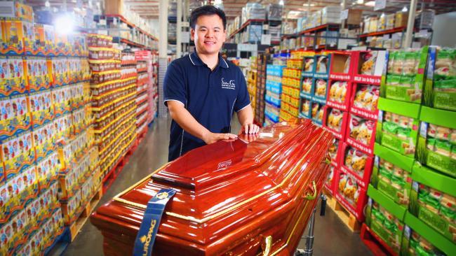 นาย Issac Leung ผู้จัดจำหน่ายโรงศพให้กับห้าง Costco และเป็นเจ้าของและผู้อำนวยการ Scientia Coffins & Caskets ผลิตโรงศพป้อนห้าง Costco : ภาพชั่วคราวจาก myexpress.com.au