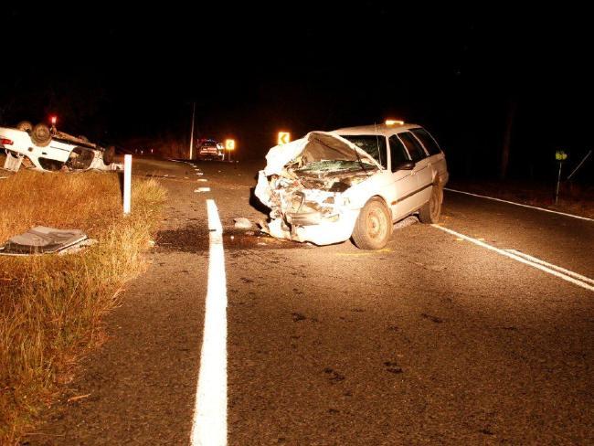 อุบัติเหตุรถชนกัน โดยรถโตโยต้าของ น.ส. Elyse Miler-Kennedy นอนหงายอยู่ข้างทาง : ภาพชั่วคราวจากนสพ. Courier Mail
