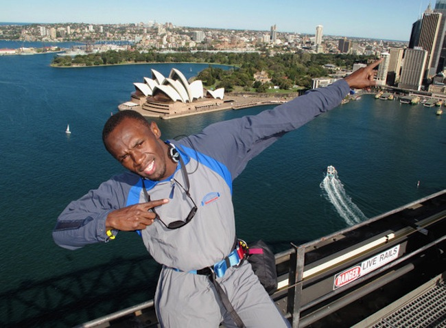การไต่สะพานซิดนีย์ฮาร์เบอร์ที่นาย Stephen Riley ใฝ่ฝันและความฝันกำลังเป็นจริง ส่วนคนในภาพคือนาย Usain Bolt นักกีฬาวิ่งระยะสั้นที่คนทั่วโลกลูกจักเขาดี : ภาพจาก zimbio.com