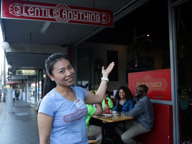 คุณ Piyarach Kiatsiri ผู้จัดการร้าน Lentil as Anything : ภาพชั่วคราวจาก Inner West Courier Inner City