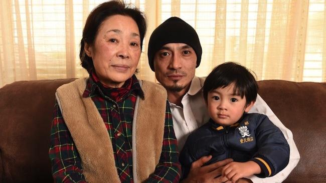 นาง Tamiko Kawabata ถ่ายภาพกับนาย Soichi Kawabata บุตรบุญธรรมและหลานยาย : ภาพชั่วคราวจากนสพ. Herald Sun