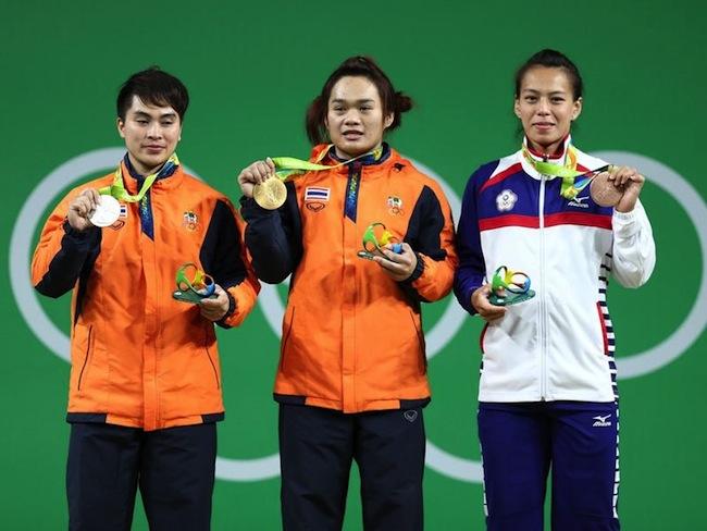 Pimsiri Sirikaew (พิมศิริ ศิริแก้ว) คนซ้ายมือ :ภาพจาก sportstarlive.com