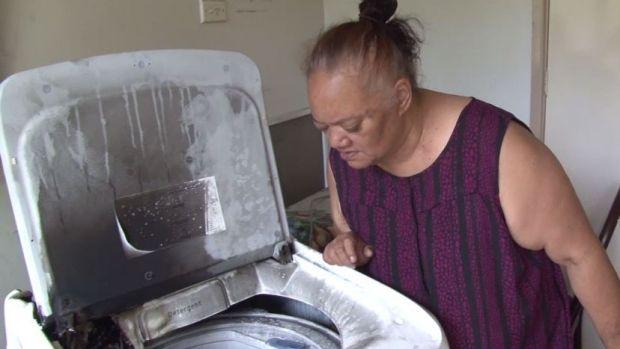 นาง Joanne ผู้ขอไม่เปิดเผยนามสกุลกับเครื่องซักผ้าซัมซุงที่ไหม้ภายในบ้านย่าน Ambarvale : ภาพจากนสพ. Telegraph