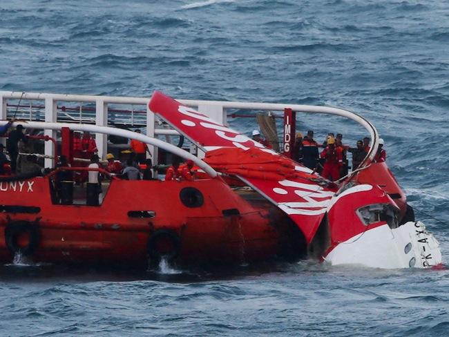 สายการบินแอร์เอเชียลงไปแช่ในน้ำ ไม่แปลกใจที่แอร์เอเชียหนึ่งในสายการบินที่เกิดอุบัติเหตุมากที่สุดในโลก : ภาพจากนสพ. the Independent