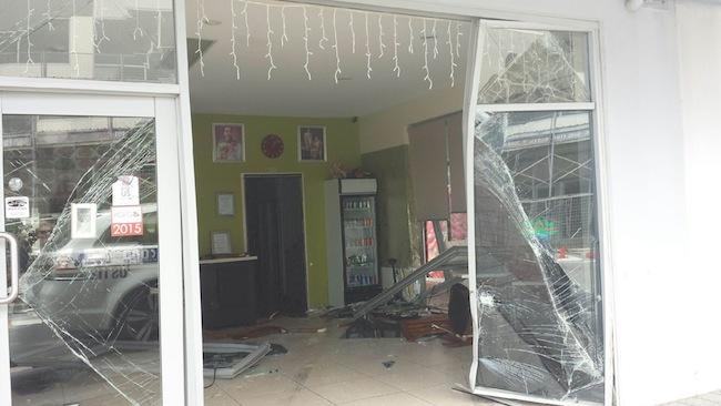 สภาพความเสียหายของร้านอาหาร Wii's Thai Cafe มองจากด้านหน้า หลังรถโตโยต้าถูกเคลื่อนย้ายไปแล้ว : ภาพชั่วคราวจาก the Weekend Courier