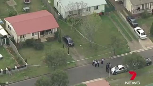 บ้านเกิดเหตุ (หลังคาสีน้ำตาล) ที่ถนน Merino St. ย่าน Miller : ภาพจากข่าว 7 News