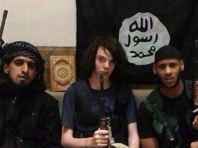 เด็กเนิร์ด Jack วัย 18 ปีนักเรียนชั้น 10 จากนครเมลเบิร์นผู้เข้ารีตหันมานับถืออิสลาม แล้วหลบหนีไปร่วมรบกับ IS แต่ถูกบังคับให้ขับรถเข้าไปในชุมชนแล้วกดรีโมทระเบิดพลีชีพภายในสัปดาห์แรก หลังจาก IS ประเมินว่าเขาไม่มีประโยชน์ อยู่ไปก็เสียข้าวสุกเปล่า ๆ เด็กเนิร์ดจึงไม่มีโอกาสกลับบ้าน : ภาพจาก the dailymail.co.uk