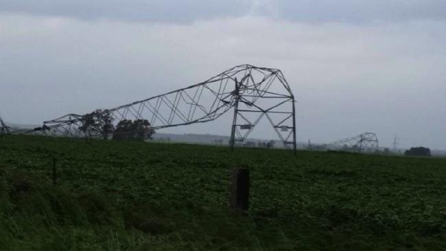 สภาพอากาศมีความรุนแรงถึงขนาดเสาไฟฟ้าแรงสูงหักลงมาหลายเสา : ภาพจากนสพ. The Australian