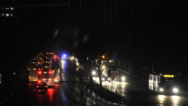 การจราจรในนครแอดิเลดในคืน 28 ก.ย. ที่ไฟดับสนิท มีแต่ไฟจากรถยนต์เท่านั้น : ภาพจากนสพ. The Australian