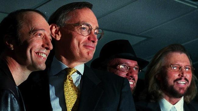 นาย Bob Carr และสามพี่น้อง Robin, Maurice และ Barry Gibb ในปี 2009 : ภาพชั่วคราวจากนสพ. Southern Courier