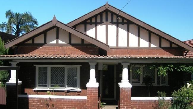 บ้านที่พี่น้องตระกูล Gibb เคยอาศัย ขณะนี้ถูกทุบทิ้งแล้วและกำลังก่อสร้างเป็นทาวน์เฮาส์แฝดเพื่อขายทำกำไร : ภาพจาก realestate.com.au