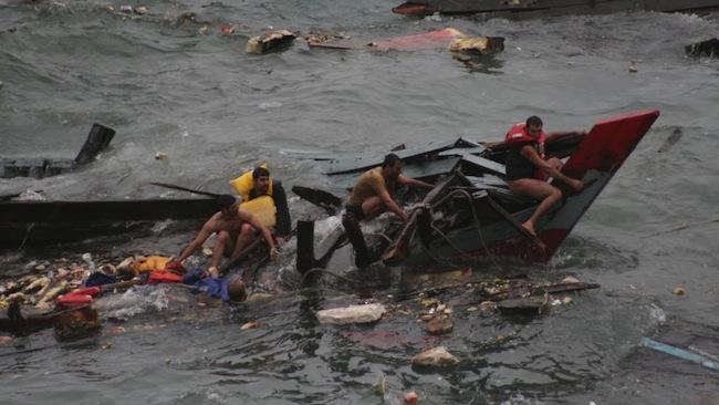 เหตุการณ์เรือมนุษย์อับปางที่บริเวณ Flying Fish Cove ในเดือนธันวาคมปี 2010 : ภาพจากนสพ. The Telegraph