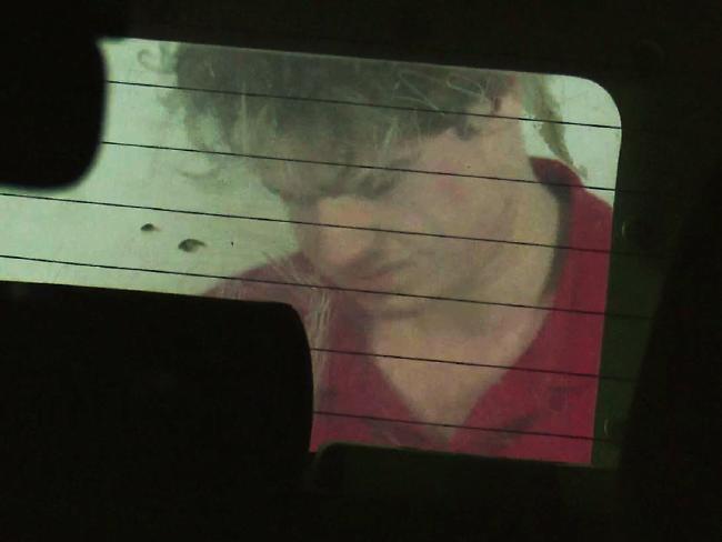 นาย Daniel Chapman ขณะอยู่ที่ท้ายรถตำรวจ : ภาพจากนสพ. The Telegraph