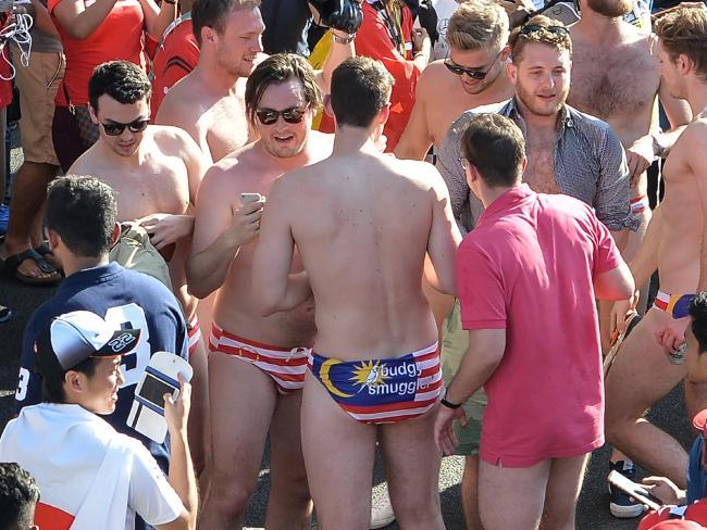 ชาวออสเตรเลียฉลองชัยชนะรถสูตรหนึ่งด้วยการถอดเสื้อผ้าเหลือแต่กางเกงว่ายน้ำ budgie smugglers รูปธงชาติมาเลเซีย : ภาพจากสำนักข่าว AFP ของฝรั่งเศส