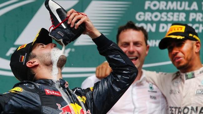 นาย Daniel Ricciardo กำลังดื่มแชมเปญหรือไม่ก็เครื่องดื่มชูกำลังที่เป็นสปอนเซอร์จากรองเท้า : ภาพจาก Foxsport