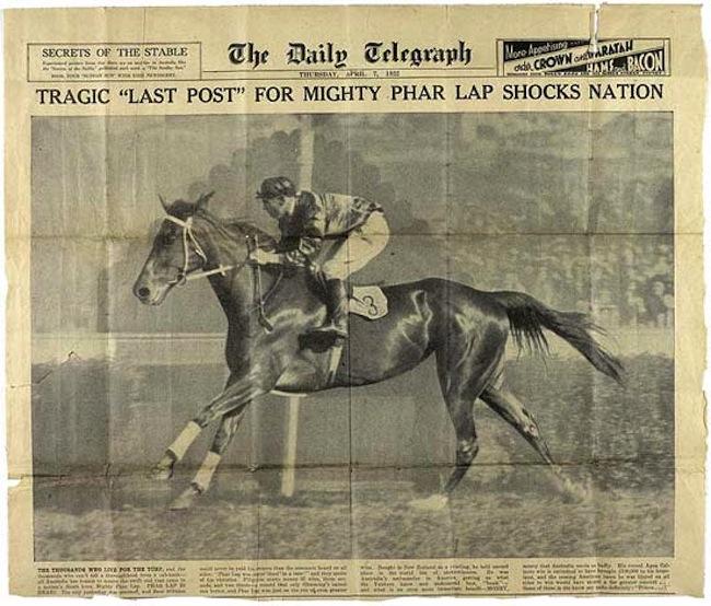 หนังสือพิมพ์ทั่วออสเตรเลียรายงานข่าวการเสียชีวิตอย่างลึกลับของม้า Phar Lap ในปี 1932 ขณะเดินทางไปแข่งขันในสหรัฐอเมริกา ดังตัวอย่างหนังสือพิมพ์ฉบับนี้ตั้งแสดงไว้ที่พิพิธภัณฑ์ Melbourne : ภาพจากข่าว 9 News