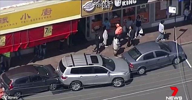 บริเวณที่เกิดเหตุถนน Progress Ave. และส่วนหนึ่งของรถที่ได้รับความเสียหาย : ภาพจากทีวี 7