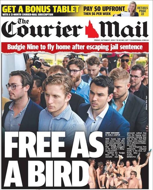 """นสพ. the Courier Mail ฉบับ 7 ตุลาคม พาดหัว """"อิสระเหมือนนก (บักจี้หรือนกหงส์หยก)"""" เป็นภาพผู้ต้องหาชาวออสเตรเลียทั้ง 9 ขณะเดินเขาไปในศาลด้วยใบหน้าที่เป็นกังวล"""