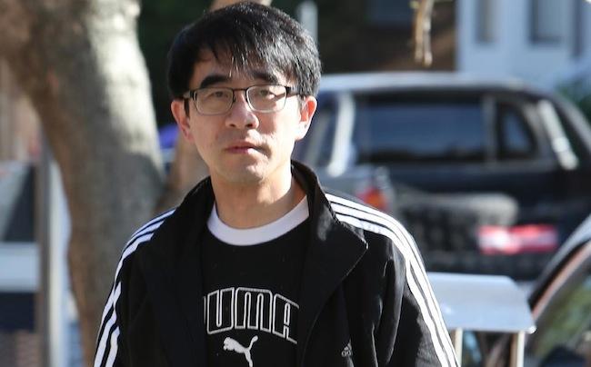 นาย Steven Yao ขณะอยู่ภายนอกศาล : ภาพชั่วคราวจากนสพ. The Telegraph
