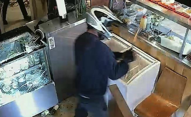 ภาพจากกล้อง CCTV คนร้ายสวมหมวกกันน็อคขณะกำลังพังข้าวของภายในร้าน : ภาพจากสำนักงานตำรวจรัฐเวสเทิร์นออสเตรเลีย