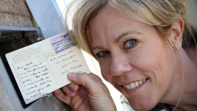 นาง ClaireDuffy กับไปรษณียบัตรที่ใช้เวลาเดินทาง 50 ปี : ภาพจากนสพ. The Advertiser, เรื่องและถ่ายภาพโดย  Dean Martin