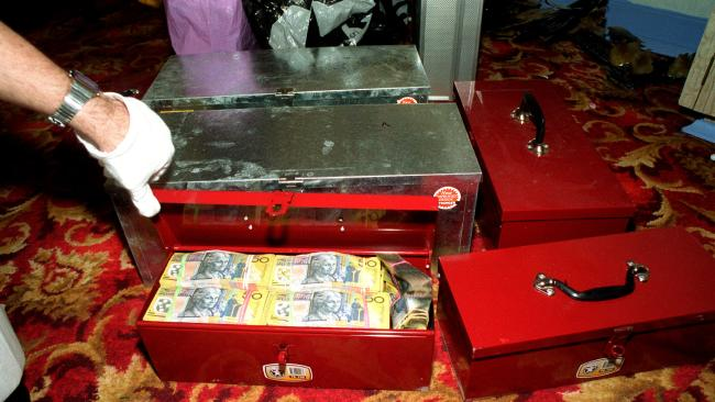 ภาพเงินสดในกล่องโลหะที่พบในบ้านย่าน Kilburn : ภาพจากนสพ. Advertiser ต้นฉบับตำรวจรัฐเซาท์ออสเตรเลีย