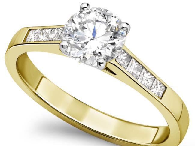 แหวนหมั้นที่นาย Nicholas Buttle เลือกซื้อจาก Royal Diamonds ในราคา 1,100 เหรียญแท้จริงมีราคา 34,000 เหรียญ : ภาพจากสำนักข่าว News Corp