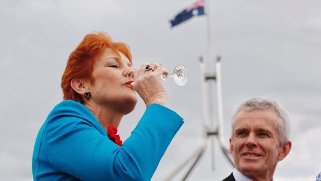 นาง Pauline Hanson และส.ว.พรรควันเนชั่นร่วมแถลงข่าวและฉลองชัยชนะให้กับนาย Donald Trump ที่นาง Pauline Hanson ดื่มแชมเปญฉลองชัยชนะให้กับนาย Donald Trump ที่หน้ารัฐสภากรุงแคนเบอร์ร่า : ภาพชั่วคราวจากนสพ. The Telegraph