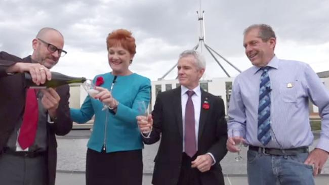 นาง Pauline Hanson และส.ว.พรรควันเนชั่นร่วมแถลงข่าวและฉลองชัยชนะให้กับนาย Donald Trump ที่หน้ารัฐสภากลาง : ภาพชั่วคราวจากนสพ. The Australian