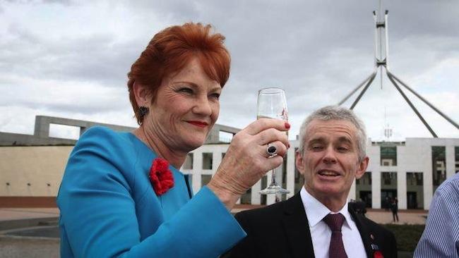 นาง Pauline Hanson ดื่มแชมเปญฉลองชัยชนะให้กับนาย Donald Trump ที่หน้ารัฐสภากรุงแคนเบอร์ร่า : ภาพชั่วคราวจากนิตยสาร Town & Country Magazine