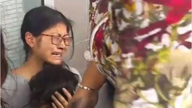 มารดาร่ำไห้ขณะสวมกอดบุตรที่ได้รับบาดเจ็บ : ภาพจากนสพ. the Age