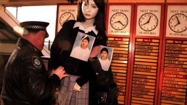ตำรวจนำหุ่นในชุดนักเรียนโรงเรียน Strathfield Girls High และภาพของด.ญ. Quanne Diec มาตั้งไว้ที่สถานีรถไฟ Clyde ในปี 1998 เพื่อมีผู้พบเห็นและให้เบาะแส โปรดสังเกตตารางเวลารถไฟยังไม่ได้เป็นระบบดิจิตอล : ภาพจากนสพ. SMH