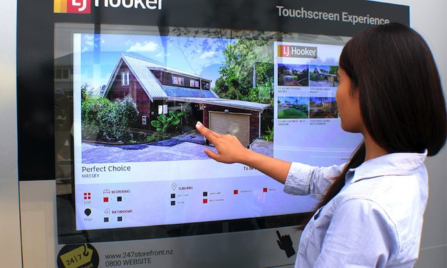ผู้หาเช่าหรือซื้อที่อยู่อาศัยกำลังเลือกที่อยู่อาศัยที่หน้าสำนักงานสาขาของเอเยนซี่ LJ Hooker : ภาพจาก Labyrinth Solution