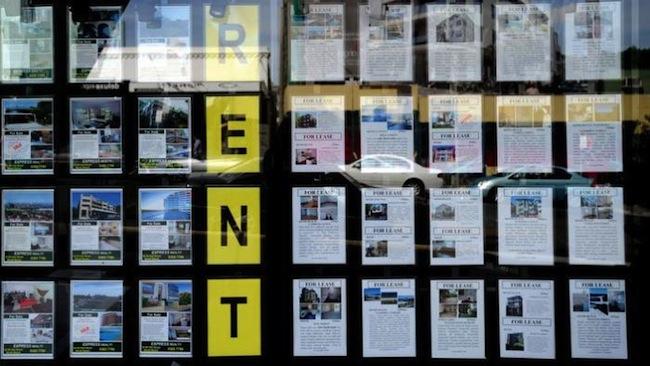 โฆษณาให้เช่าที่อยู่อาศัยที่หน้าเอเยนซี่ที่อยู่อาศัยแห่งหนึ่ง : ภาพจากสำนักข่าว SBS