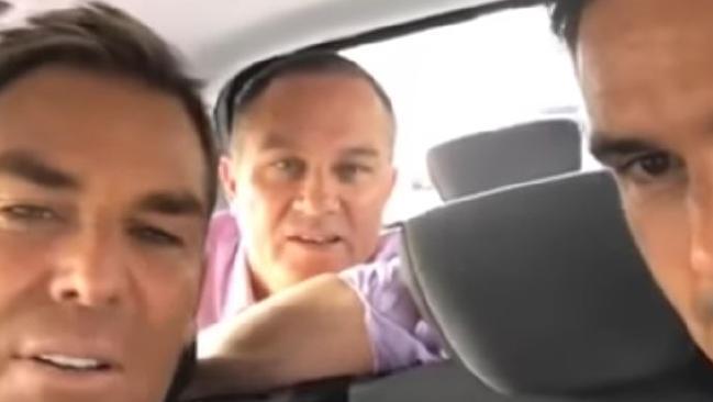 วีดีโอบันทึกภาพนาย Shane Warne, นาย Michael Slater และนาย Kevin Pietersen ขณะนั่งรถแวนโดยไม่ได้สวมเข็มขัดนิรภัย : ภาพจากนสพ. The Mercury ต้นฉบับเฟสบุ๊ค