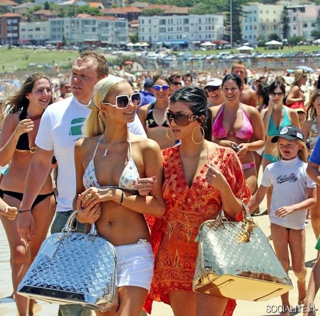 Paris Hilton และ Kim Kardashian ที่ชายหาด Bondi ในปี 2012 ดูแล้วน่าจะมาโชว์กระเป๋าหลุยส์วิตตองนะ : ภาพจาก socialitelife.com