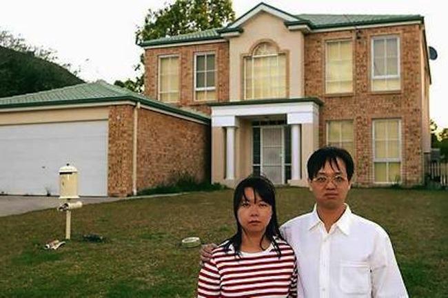 นาย Derek Kwok และนาย Ellen Lin ที่หน้าบ้านของครอบครัว Gonzales