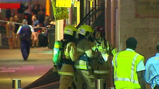 เจ้าหน้าที่ดับเพลิงกำลังเข้าไปตรวจสอบหลังจากเกิดเหตุแก๊งระเบิดที่ฟูดคอร์ทชั้นใต้ดินในไชน่าทาวน์ : ภาพจากข่าว 7 News