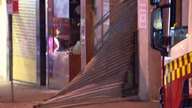 ประตูเลื่อนที่ฉีกขาดและได้มีส่วนช่วยรับแรงระเบิดไม่ให้เปลวไฟพุ่งออกมา : ภาพชั่วคราวจากนสพ. The Telegraph