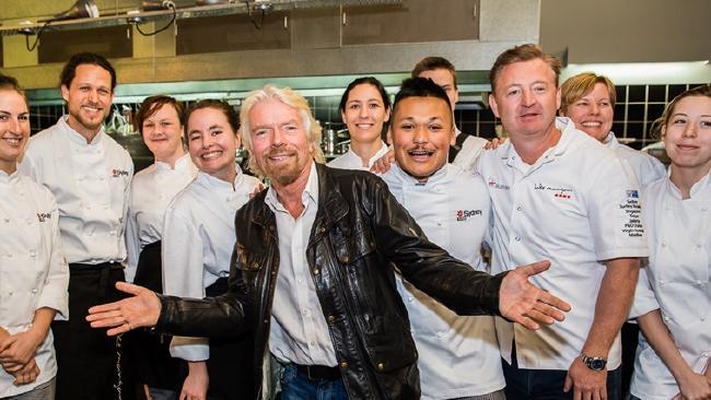 นาย Luke Mangan คนที่สามจากขวาถ่ายภาพร่วมกับเซ่อร์ Richard Branson เจ้าของสายการบินเวอร์จินแอร์ไลน์ผู้มีบทบาทสำคัญในโครงการ Inspired Series ในการสนับสนุนคนหนุ่มสาวหันมาสนใจอาชีพทำอาหารโดยความร่วมมือระหว่างสมาคม RCIA และวิทยาลัย TAFE : ภาพจาก hotelmanagement.com.au