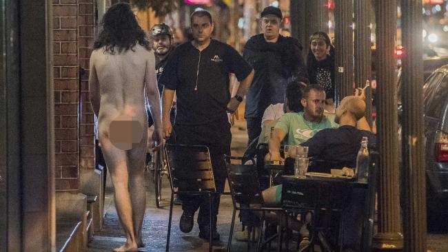 ชายหนุ่มเดินเปลือยกายอย่างไม่สะทกสะท้านสายตาผู้คน : ภาพชั่วคราวจากนสพ. Herald Sun