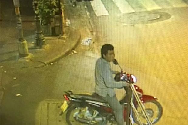 นาย Ekburut Ritrakkhaphan คนขับรถมอเตอร์ไซรับจ้างถูกกล้อง CCTV จับภาพในชั่วโมงแรก ๆ ของวันที่ 5 ธันวาคม : ภาพจากนสพ. The Bangkok Post