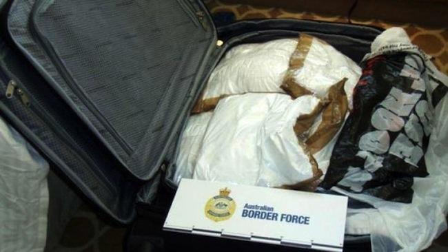 โคเคนที่ตำรวจ AFP พบอยู่ในกระเป๋าเดินทาง 1 หนึ่งใน 4 ใบ : ภาพจากตำรวจ AFP