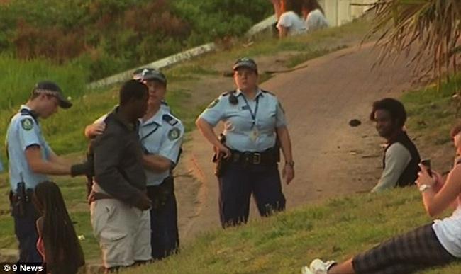ตำรวจขณะจับกุมสมาชิกแก๊งวัยรุ่นข่มขู่และปล้นทรัพย์นักท่องเที่ยวที่ Bondi : ภาพจากข่าว 9 News