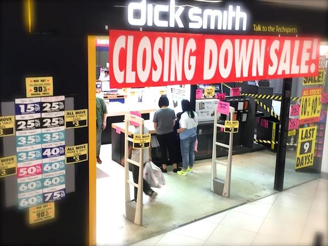 ร้าน Dick Smith เรหลังขายก่อนปิดตัว จะเห็นป้ายเสนอขายมือถือและแท็บเล็ตเครื่องละ 3 เหรียญเท่านั้น