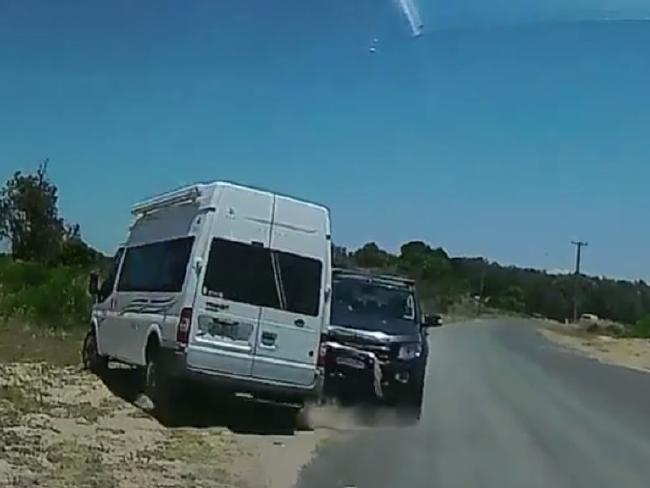 รถคันสีดำของนาง Ruprecht พุ่งชนรถแวนสีขาวของนาย Ruprecht ขณะที่เขาเบนรถออกนอกเส้นทาง : ภาพถ่ายจากกล้องแดชแคมของพยานเห็นเหตุการณ์