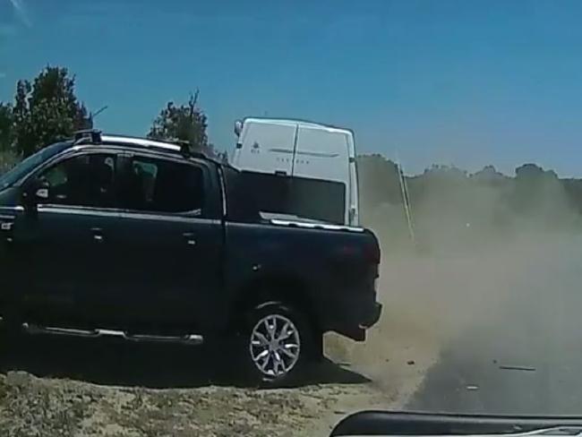 รถคันสีดำของนาง Ruprecht ขับรถเข้าจอดด้านหลังรถแวนสีขาวของนาย Ruprecht หลังชนแล้ว : ภาพถ่ายจากกล้องแดชแคมของพยานเห็นเหตุการณ์