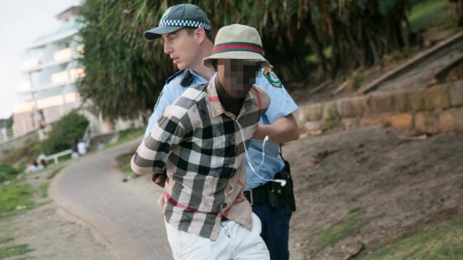 หนึ่งในสมาชิกแก๊งวัยรุ่นชาวแอฟริกาที่ก่อเหตุทำร้ายร่างกายนักท่องเที่ยวที่ชายหาด Bondi ขณะถูกตำรวจจับกุม: ภาพจากนสพ. The Telegraph