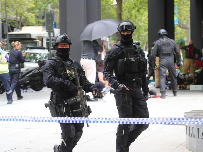 ตำรวจชุดออกปฏิบัติงาน ต้องยอมรับว่านายตำรวจที่ยิงคนร้ายต้องมีฝีมือดีมาก เพราะหากฝีมือไม่ดีคนร้ายคงถูกยิงกระสุนพรุนเต็มตัวไปแล้ว : ภาพชั่วคราวจากนสพ. The Telegraph