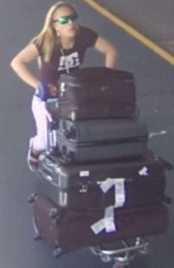 ภาพผู้ต้องสงสัยในขณะเข็นกระเป๋าเดินทางของผู้โดยสารอื่นออกจากสนามบินเมลเบิร์น : ภาพจากสำนักงานตำรวจรัฐวิกตอเรีย